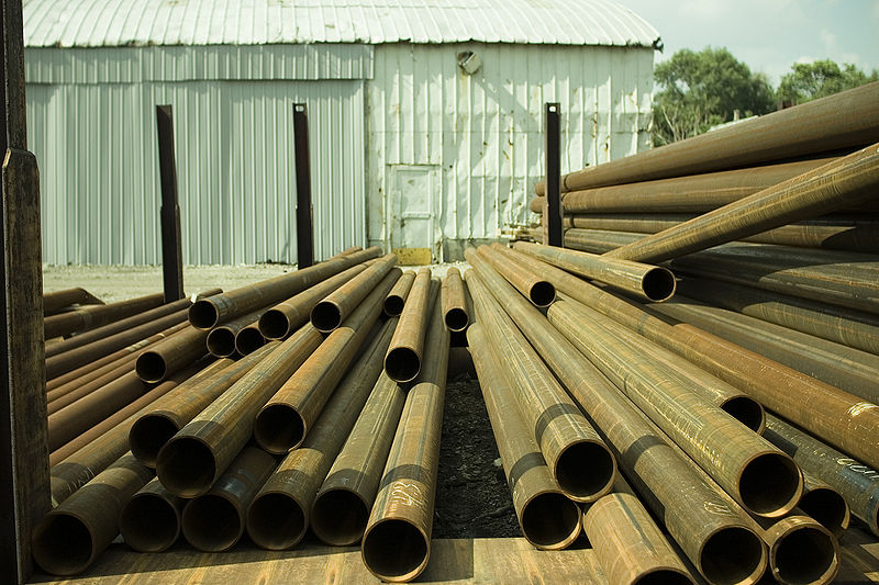 Bestand:Metal tubes stored in a yard.jpg